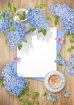 Composição de vista superior da primavera com folhas de papel em branco, lilás em um vaso de cerâmica e uma xícara de café
