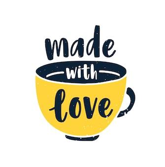 Composição desenhada à mão com uma xícara de chá ou café e frase feita com amor escrita à mão com fonte cursiva ou script isolado no branco