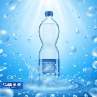 Composição realista de garrafa de água mineral com muitas gotas de vôo, texto de luz solar e ilustração de embalagem de plástico,