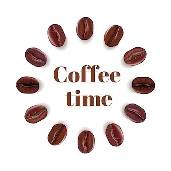 Composição realista de grãos de café e texto hora do café, isolada