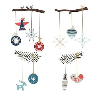 Composições de natal com enfeites, flocos de neve e galhos
