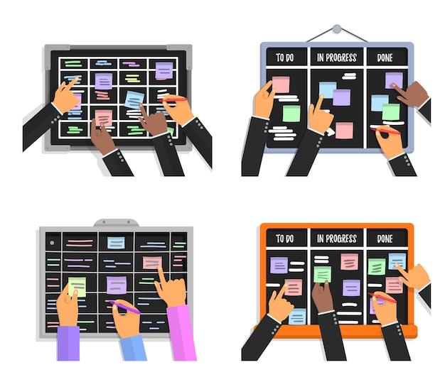 Composições do quadro de tarefas scrum definidas com mãos humanas segurando marcadores e papéis colantes coloridos.