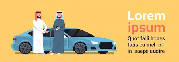 Compra de carro árabe vendedor homem dando as chaves para o proprietário de venda de compra de veículo ou aluguer de centro conceito