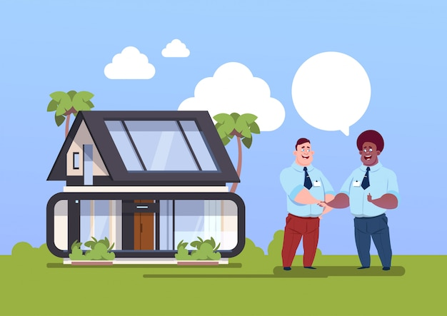 Comprando o agente do conceito da casa e o novo proprietário que agitam as mãos sobre o exterior home