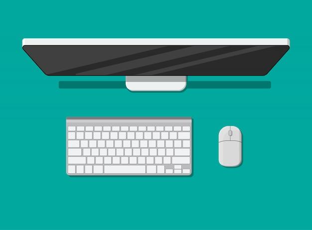 Computador de mesa com teclado e mouse