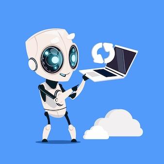 Computador portátil moderno da posse do robô que atualiza no fundo azul inteligência artificial bonito do personagem de banda desenhada
