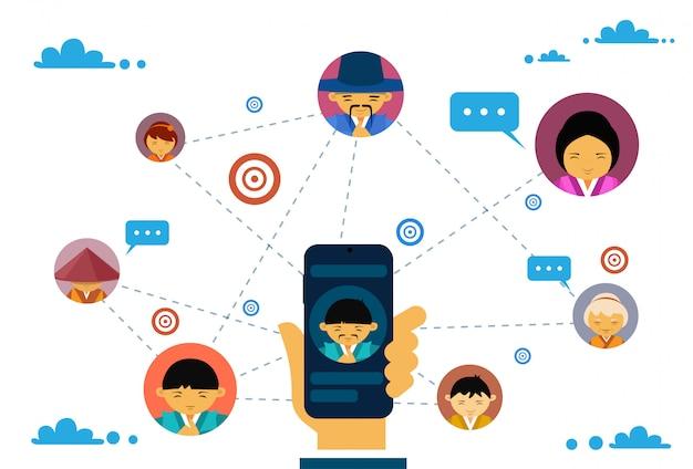 Comunicação de mídia social e conceito de conexão com a mão segurando o telefone inteligente