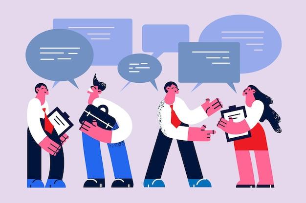 Comunicação empresarial, chat, conceito de discussão. jovens sorrindo personagens de desenhos animados de empresários em pé discutindo projeto de negócios no escritório juntos ilustração vetorial