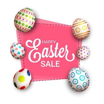Conceito da venda de easter com ovos pintados no fundo cor-de-rosa