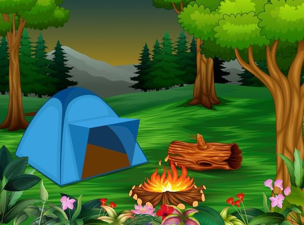 Conceito de acampamento de floresta com tenda azul