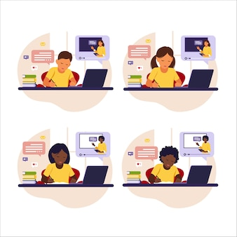 Conceito de aprendizagem online. diferentes crianças sentadas atrás da mesa, estudando on-line, usando seu computador.