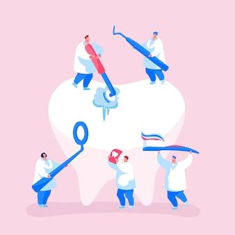 Conceito de atendimento odontológico. personagens minúsculos de dentistas em limpeza de manto médico