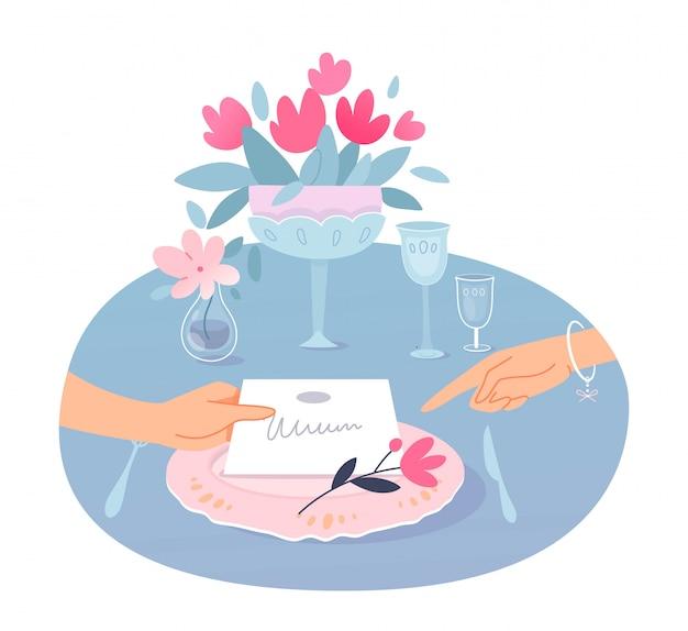 Conceito de celebração de cerimônia de casamento, mão feminina segurando o cartão de convite, dedo aponta para ele, mesa festiva, flores em vasos, copos e talheres.
