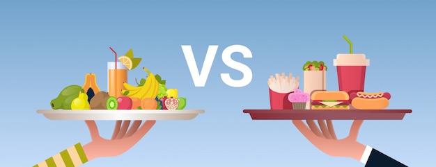 Conceito de dieta alimentar escolha mãos humanas segurando placas com frutas frescas saudáveis e lixo fast-food saudável horizontal