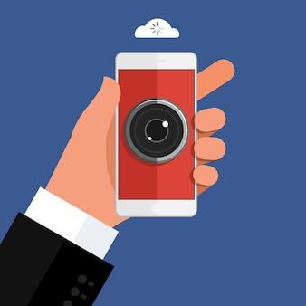 Conceito de espionagem. mão segurando o smartphone com o olho da câmera no display. telefone móvel inteligente na mão em fundo escuro. design plano, ilustração vetorial