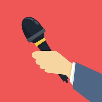 Conceito de jornalista. mão segurando o microfone. repórter recebe entrevista