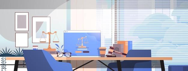 Conceito de lei e justiça juiz martelo livros escalas e laptop na mesa do local de trabalho advogado on-line aconselhamento jurídico escritório moderno interior horizontal