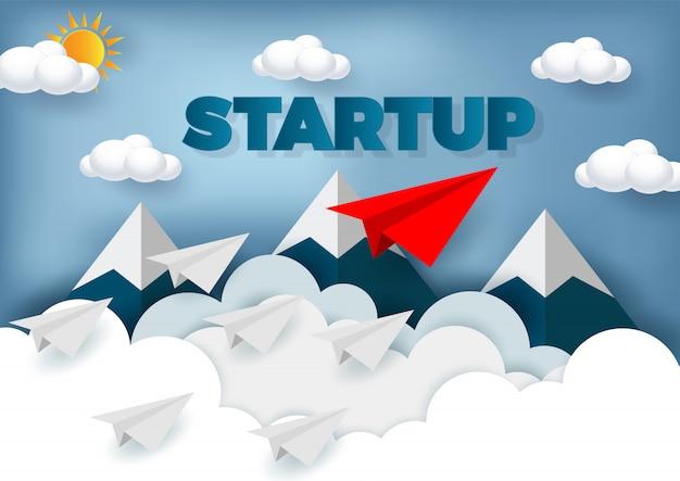 Conceito de liderança. competição de avião de papel para o destino até o céu ir para o objetivo de sucesso