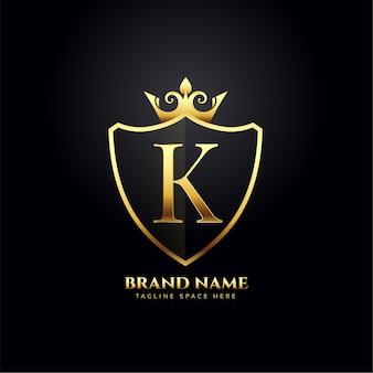 Conceito de logotipo de luxo da letra k com coroa dourada