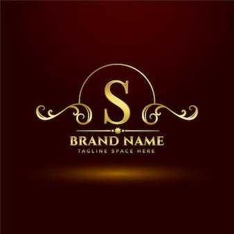 Conceito de logotipo dourado da marca real para a letra s