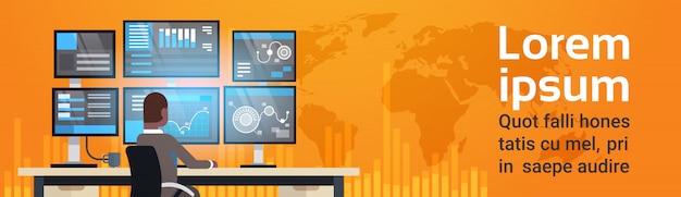 Conceito de negociação on-line global homem trabalhando com bolsa de valores vendas de monitoração sobre o mapa-múndi horizo