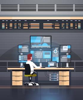 Conceito de negociação on-line homem trabalhando com vendas de monitoramento de bolsa de valores