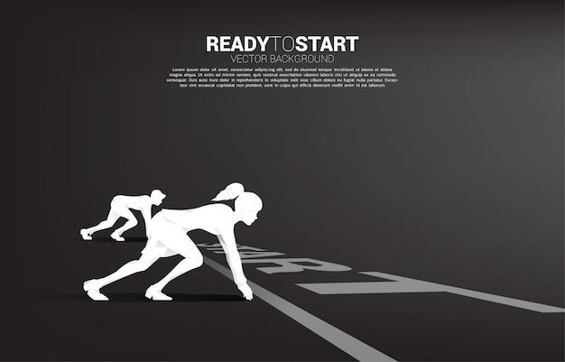 Conceito de negócio da competição de gênero. silhueta de empresário e mulheres de negócios prontas para correr na linha de partida na pista de corrida.