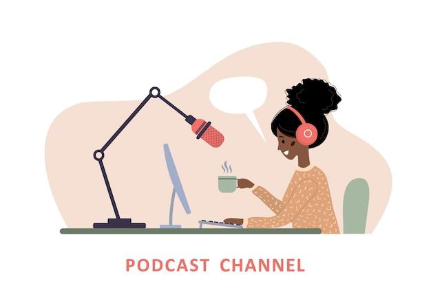 Conceito de podcast. mulher africana em fones de ouvido, gravando a transmissão de áudio.