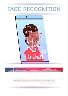 Conceito de reconhecimento de rosto smart phone scanning mulher afro-americana moderna tecnologia de controle de acesso
