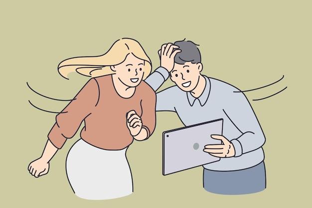 Conceito de tecnologias e entretenimento online. jovem casal sorridente em pé olhando para a tela do tablet, sentindo-se animado, surpreso e interessado.