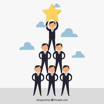 Conceito de trabalho em equipe com empresário formando pirâmide