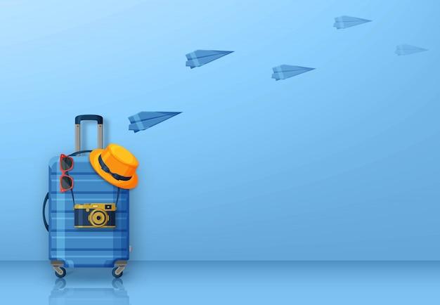 Conceito de viagens com mala, óculos de sol, chapéu e câmera sobre fundo azul. aviões de papel voando na parte de trás. ilustração