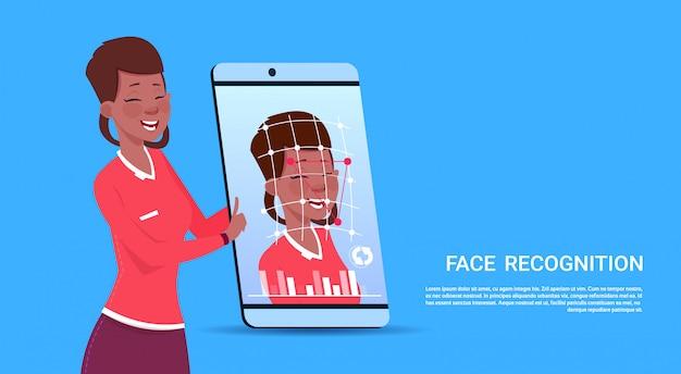 Conceito fêmea afro-americano biométrico do reconhecimento de cara do usuário da tecnologia esperta do acesso do telefone da varredura