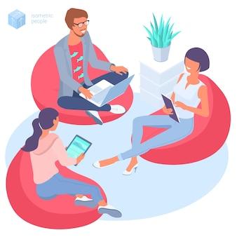 Conceito isométrico de design plano de jovens sentados em uma poltrona em um escritório isométrico moderno. modelo de fluxo de trabalho criativo moderno para aplicativo móvel de infográficos de página da web
