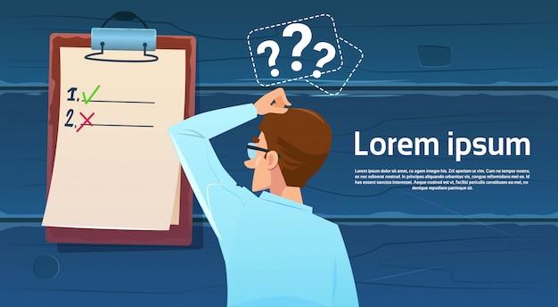 Confuso, homem negócio, ficar, costas, olhar, lista cheque, pergunta, marca, pensar, problema, solução
