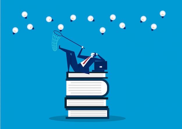 Conhecimento, livro, educação, informação, conceito de ideia. homem sente-se em livros e armadilha para criativo ...