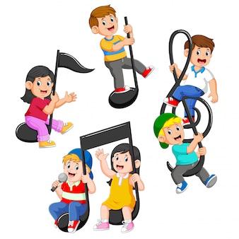 Conjunto coleção de crianças felizes, montando notas musicais