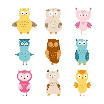 Conjunto com corujas engraçadas para crianças. ilustração vetorial no estilo de um desenho à mão livre.