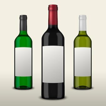 Conjunto de 3 garrafas de vinho realistas com rótulos em branco, isolados no fundo branco.