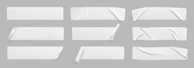 Conjunto de adesivos brancos colados amassados com cantos enrolados papel adesivo branco em branco