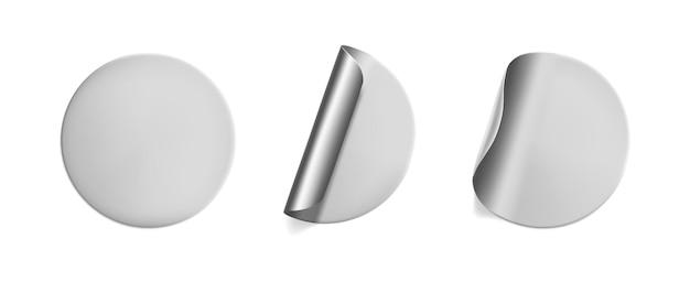 Conjunto de adesivos redondos prateados amassados com simulação de canto descascado. folha de prata adesiva ou etiqueta adesiva de plástico com efeito enrugado em fundo branco. tags de rótulo de modelo em branco. vetor 3d realista.