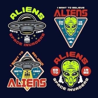 Conjunto de alienígenas e ovnis de quatro emblemas de vetor colorido, etiquetas, distintivos, adesivos ou estampas de camisetas em estilo vintage em fundo escuro