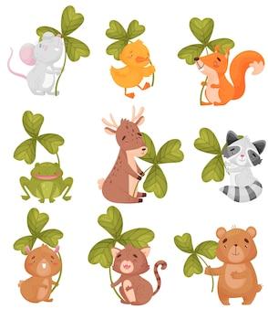 Conjunto de animais de desenho animado com folha de trevo
