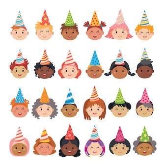 Conjunto de avatares de personagens infantis com bonés festivos
