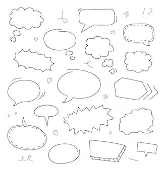 Conjunto de balões de fala desenhados à mão. desenho do doodle. ilustração vetorial.