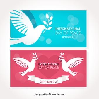 Conjunto de bandeiras com pombas coloridas planas
