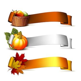 Conjunto de bandeiras de ação de graças, fita com abóboras laranja, folhas outonais e cesta cheia de maçãs maduras. cartaz ou folheto para a festa de ação de graças. ilustração.