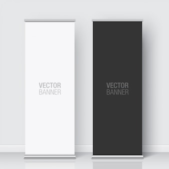 Conjunto de bandeiras de rollup preto e branco em pé sobre um fundo de parede branca. banner vertical realista.
