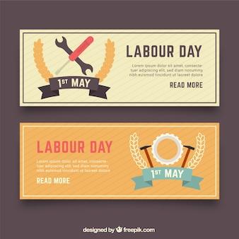 Conjunto de bandeiras do dia do trabalho com ferramentas em estilo simples