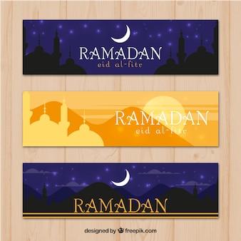 Conjunto de bandeiras do Ramadã com mesquitas em estilo simples